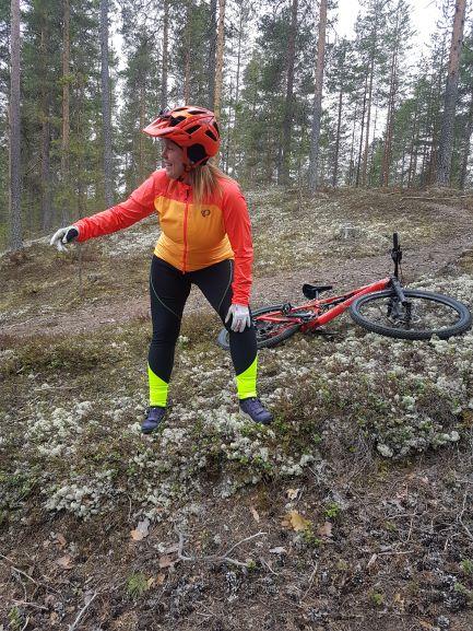 Ohjaaja Anne Karhu MTB poluilla Alusen liikuntapalveluissa.